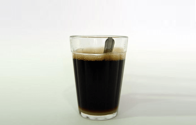 O que acontece com seu corpo quando você acorda e toma café de estômago vazio?