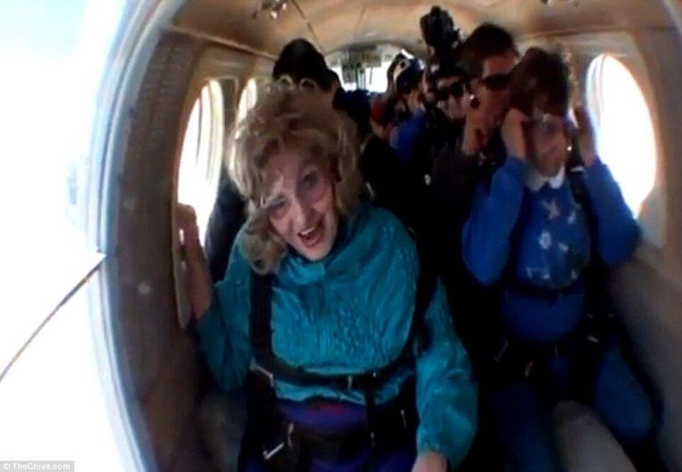 Senhora de 80 anos resolve pular de paraquedas e acaba tendo a experiência mais perturbadora da sua vida