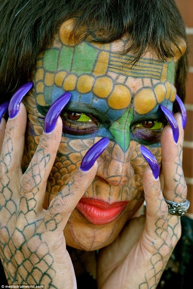 Conheça a história do transexual que quer ficar parecido com um dragão