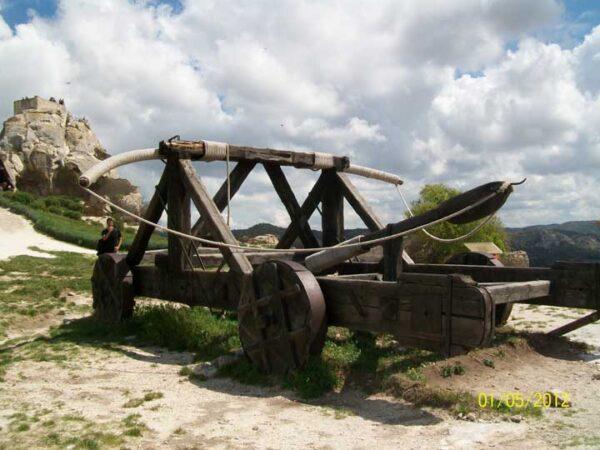 Replica-catapulta-a-tamaño-real-en-el-castillo-de-Les-Baux-de-Provence-Urandir-segunda-expedición-del-proyecto-portal-Francia-