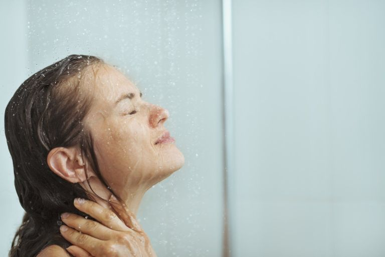 10 hábitos no chuveiro que você precisa parar de fazer imediatamente