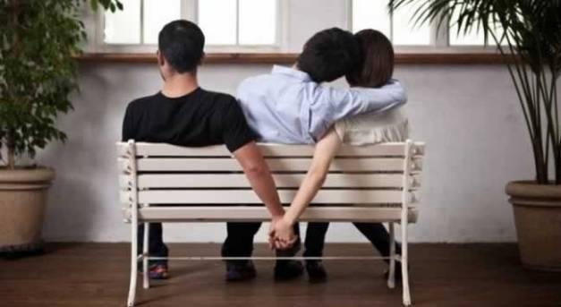 Pessoas-sentadas-em-banco