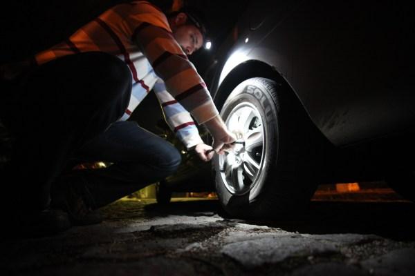 lanterna-de-cabeca-trocando-pneu-de-noite-foto-002