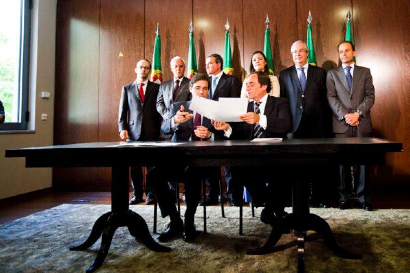 RG Rui Gaudencio - 16 Junho 2011 - LISBOA - ACORDO MAIORIA para a MUDANCA - lider do psd, pedro passos coelho (e) e o lider do cds-pp, paulo portas na assinatura do acordo político e programatico entre a coligacao do CDS-PP e PSD para o novo governo. encostados a parede - do PSD, manuel rodrigues, miguel macedo e miguel relvas, do CDS, assuncao cristas, luis queiro e pedro mota soares