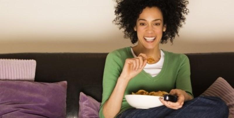 mulher-comendo-assistindo-tv-9741