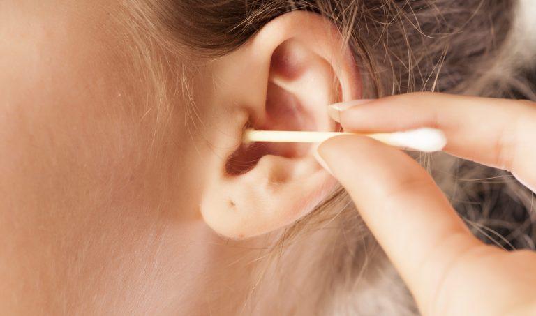 """Por que você deve parar de """"cutucar"""" os ouvidos com o cotonete?"""