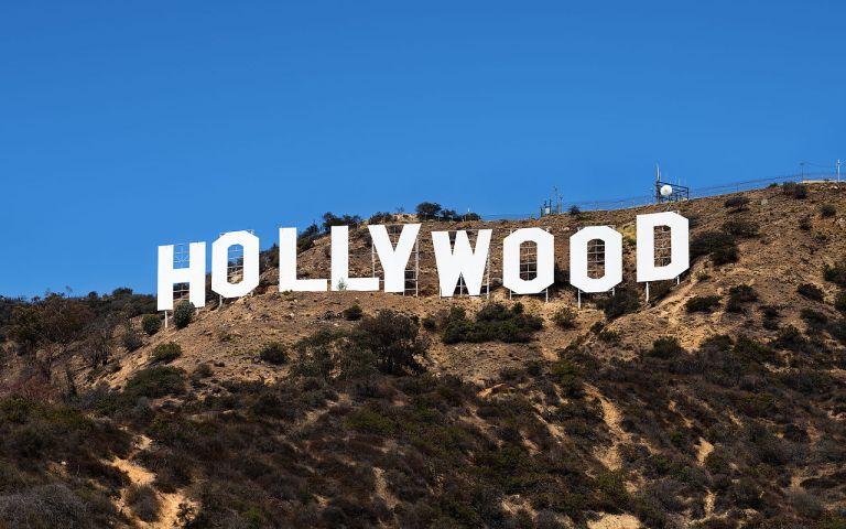 Onde são feitas as notas de dinheiro, jornais e placas de carro falsas usadas em Hollywood?
