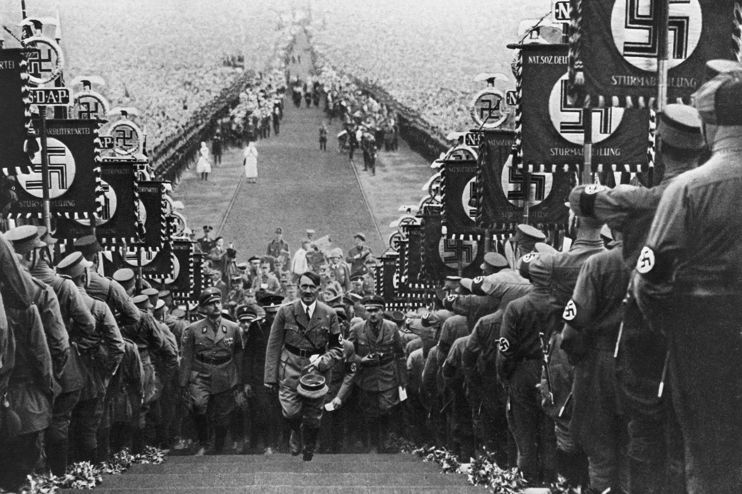 Como é uma cerimônia de iniciação no nazismo?