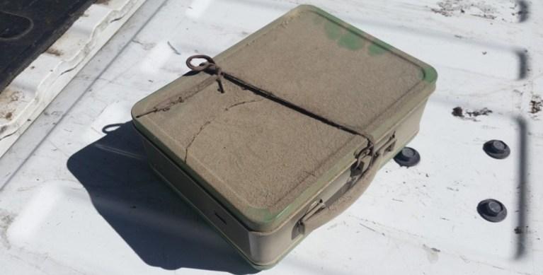 Um casal encontrou uma maleta de 1951 escondida no teto do porão, o que tinha dentro é um verdadeiro tesouro