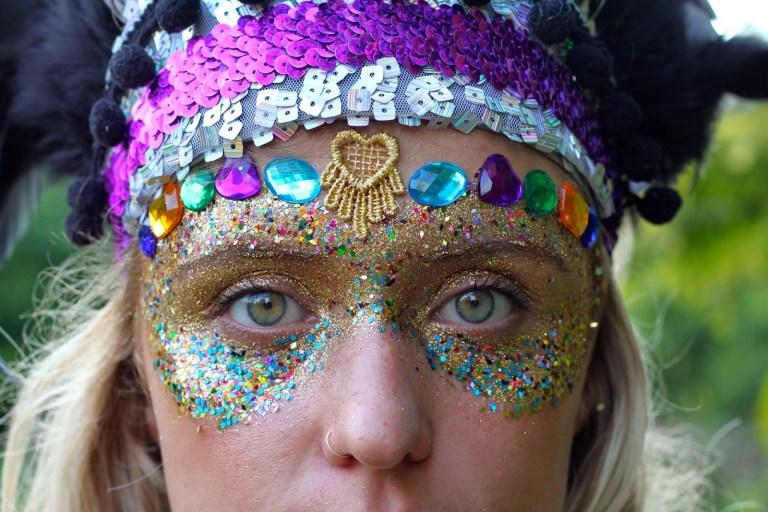 Saiba por que as pessoas estão alertando sobre o uso do glitter no carnaval