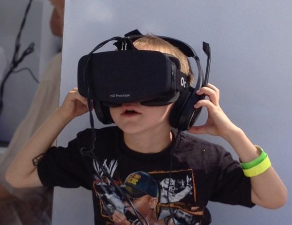 Boy Wearing Oculus Rift HMD 600x463, Fatos Desconhecidos