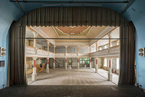Abandoned Ballroom In Germany 2017 5b1525a8aecb8  880 600x400, Fatos Desconhecidos