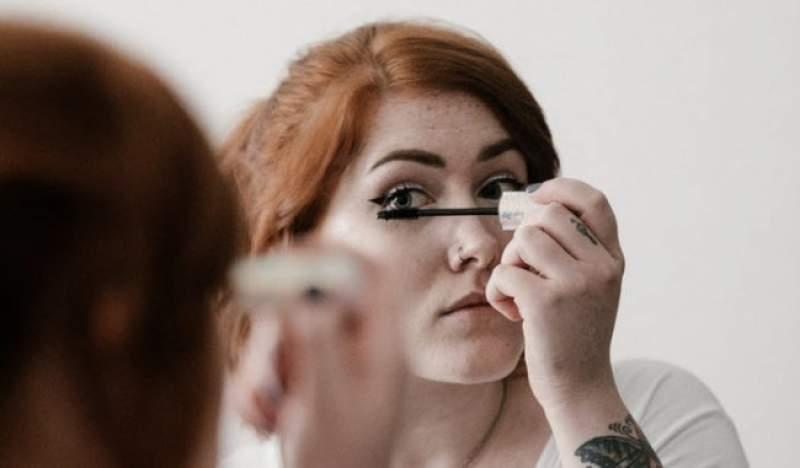 Durante 25 anos, mulher dormia com maquiagem nos olhos. O resultado vai te chocar