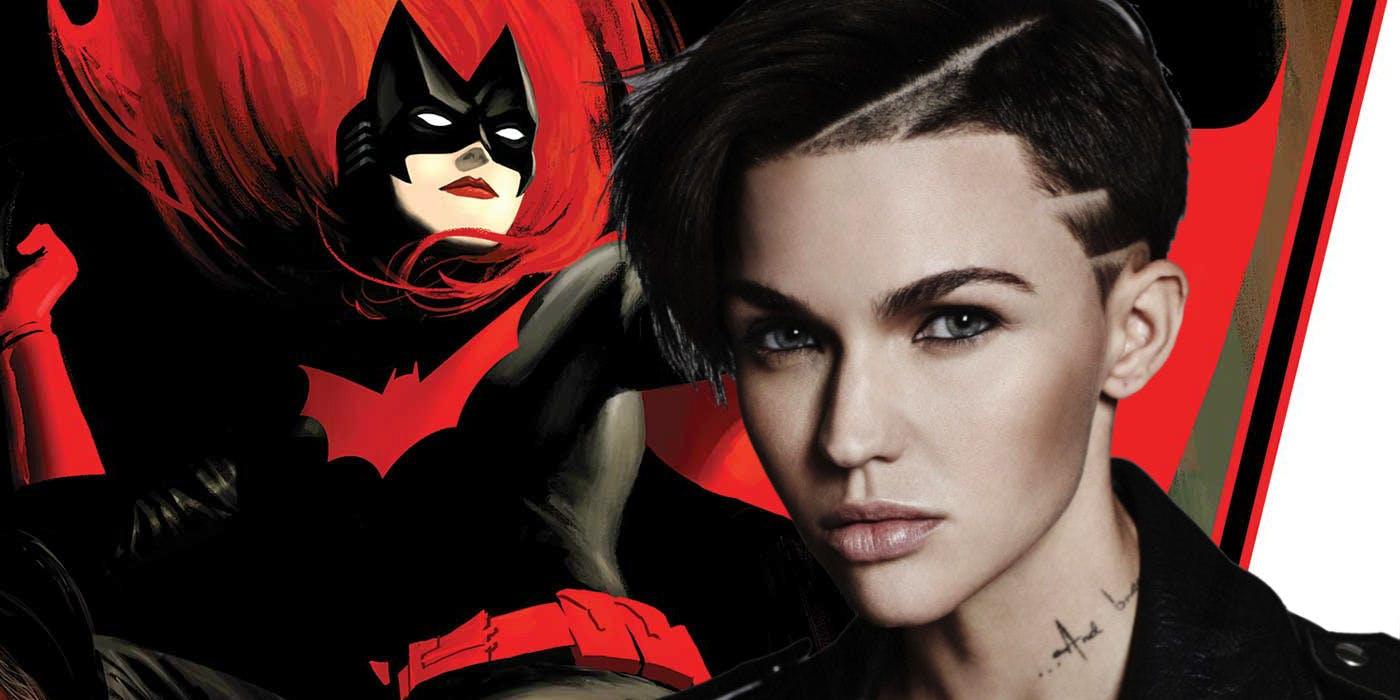 Comparações mostram como o novo uniforme da Batwoman é fiel aos quadrinhos