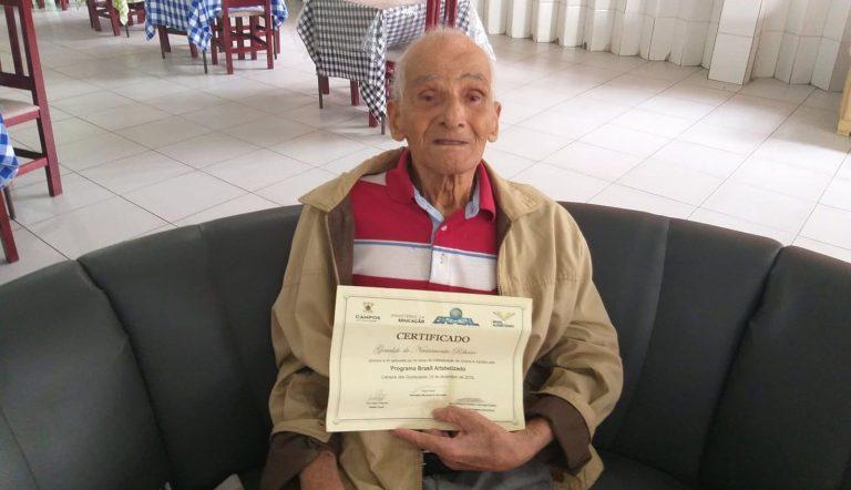 Esse homem se alfabetizou aos 91 anos e emocionou a todos