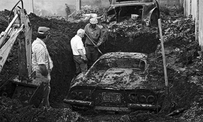 Crianças encontram Ferrari enterrada no quintal e ficam chocadas com sua origem