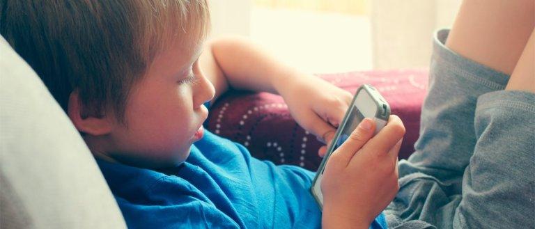 7 coisas que podem acontecer com crianças que ficam muito tempo no celular