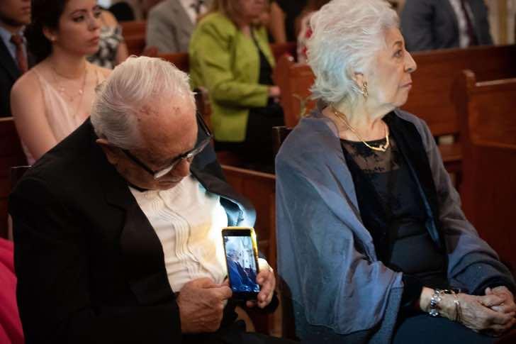A linda história de amor por trás desse senhor tirando uma foto escondido de sua esposa