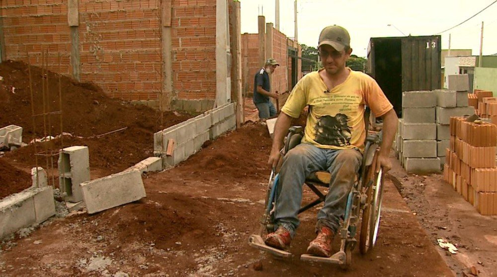 Homem em cadeira de rodas sustenta sua família sendo pedreiro