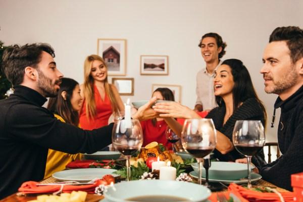 Grupo De Seis Pessoas No Jantar De Natal 23 2147716229 600x400, Fatos Desconhecidos