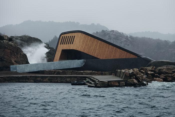 """10 imagens impressionantes que mostram o restaurante """"submarino"""" na Noruega"""