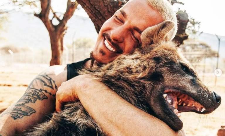 Suíço deixou tudo em seu país e se mudou para a África com a missão de resgatar animais mutilados