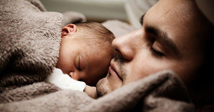 Conheça a iniciativa que leva voluntários para dar amor e carinho para bebês viciados