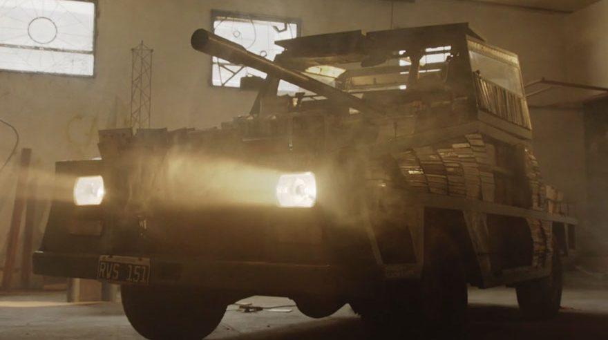 Artista chama atenção ao fazer um tanque de guerra cheio de livros