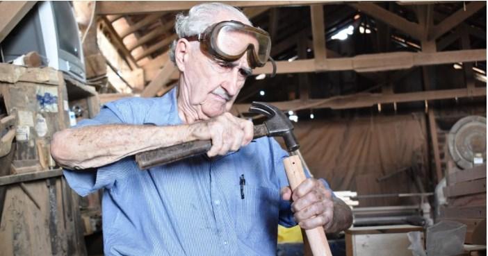 Carpinteiro usa seu tempo livre para construir muletas para pessoas carentes