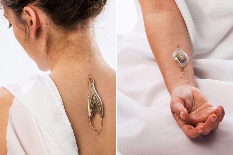 Jovem cria joias que transformam fluxo sanguíneo em eletricidade