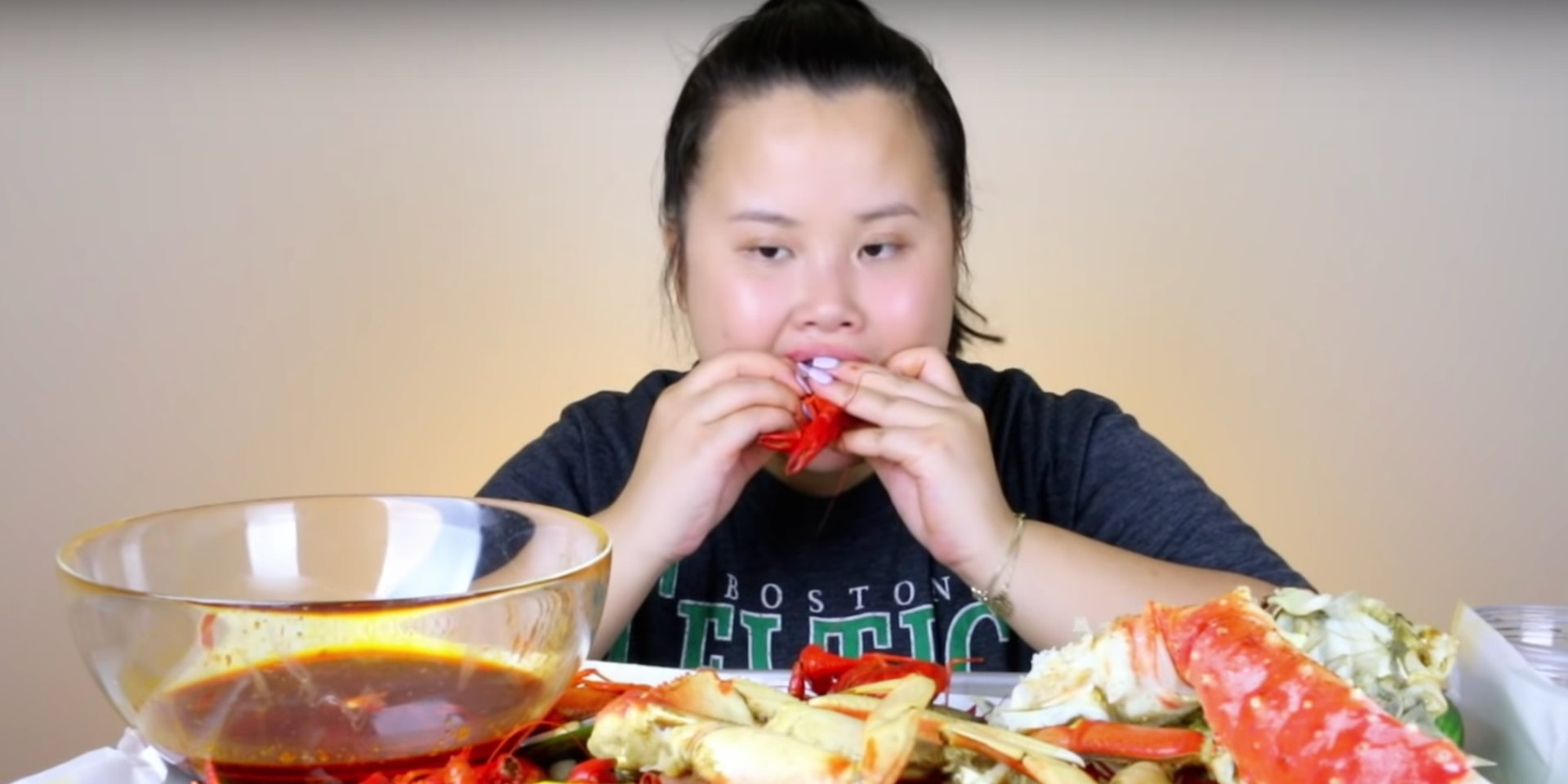Conheça a garota que largou seu emprego e agora vive comendo em vídeos do Youtube