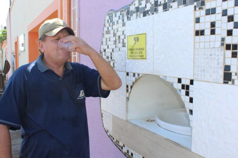 Advogada constrói bebedouro no muro de casa para pessoas em situação de rua