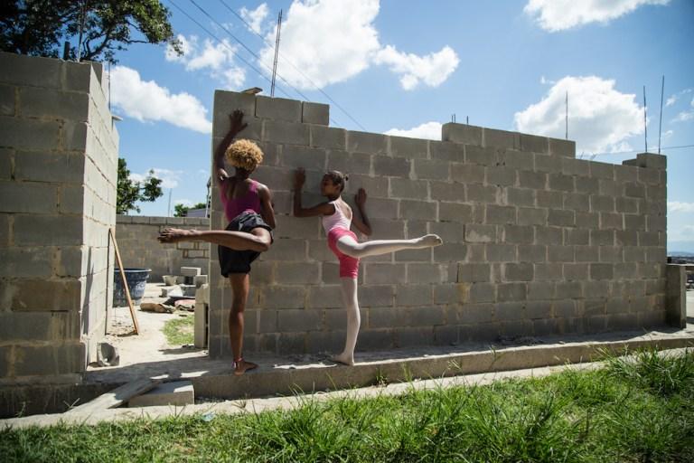Alunas estão construindo a própria escola de balé no Complexo do Alemão