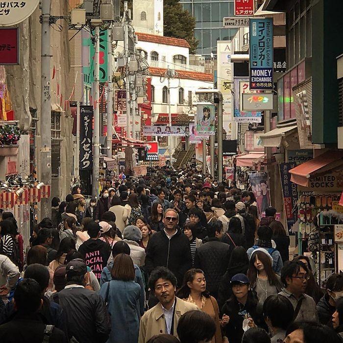 10 imagens que mostram que o Japão não foi feito para pessoas altas