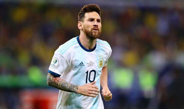 Jogador Messi doa comida a moradores de rua no inverno na Argentina