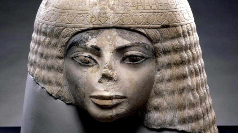 Por que algumas estátuas egípcias têm o nariz quebrado?