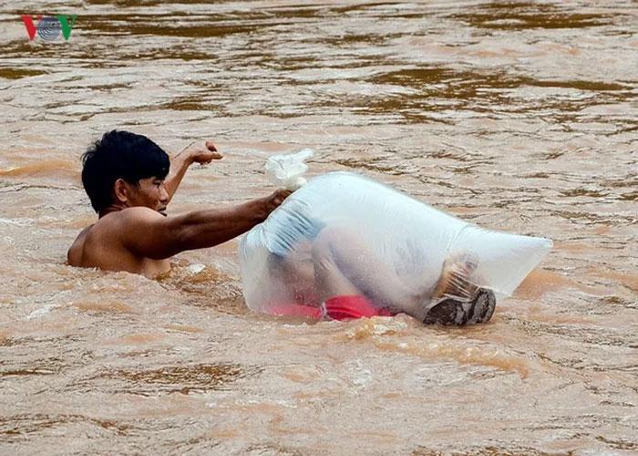 Entenda essa imagem viral de meninos dentro de sacos no meio de um rio