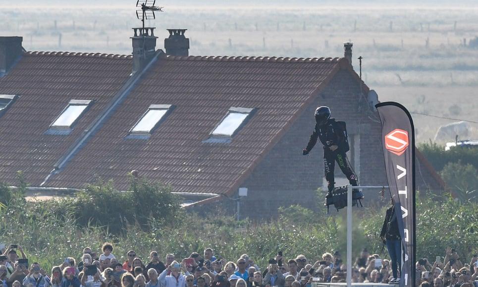 Inventor francês finalmente conseguiu cruzar o Canal da Mancha em sua prancha voadora