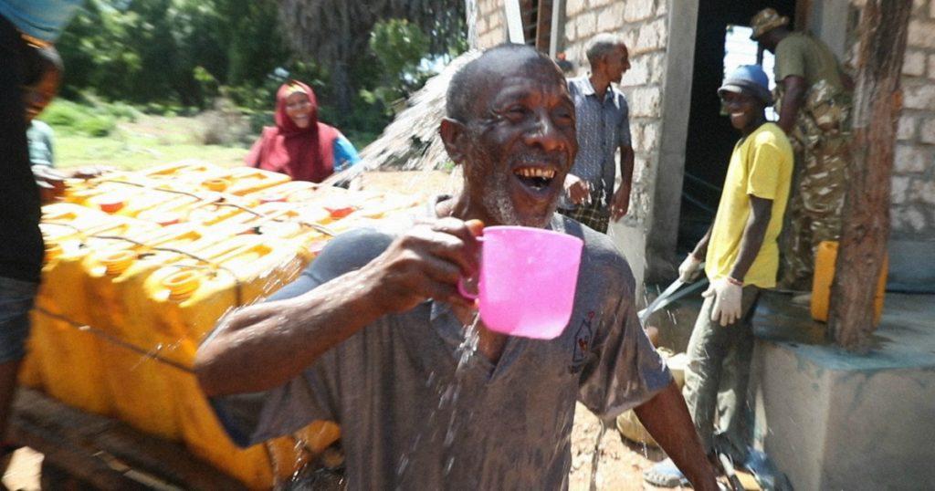 Povo queniano ganha uma usina que transforma água salgada em potável
