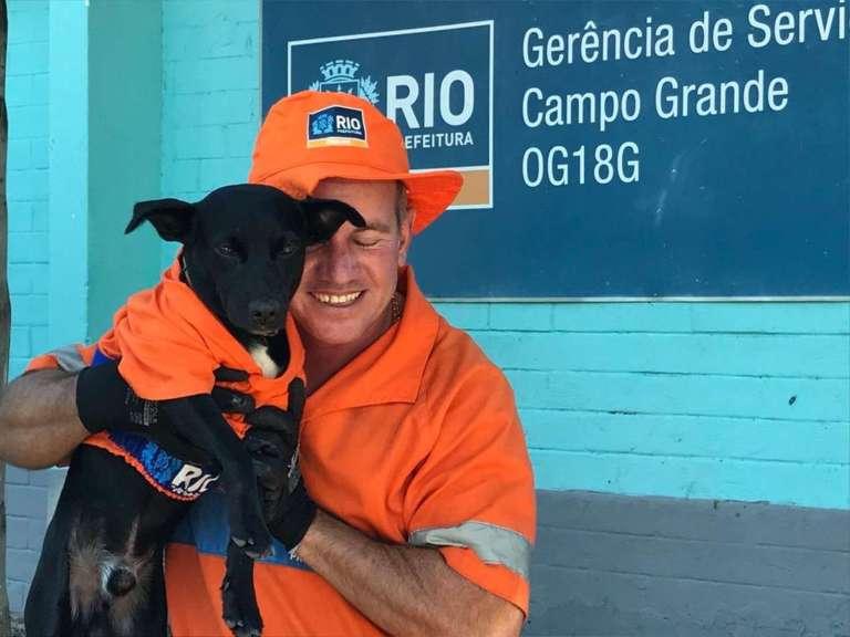 Conheça o cachorro que foi adotado por um gari e agora ajuda a limpar as ruas