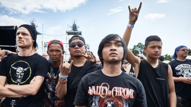 Conheça a banda de metal que nasceu em um lixão