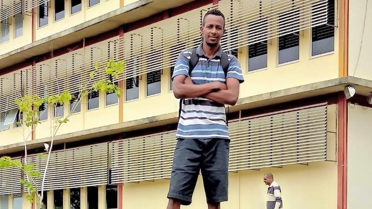 Ele se tornou aluno da universidade que construiu
