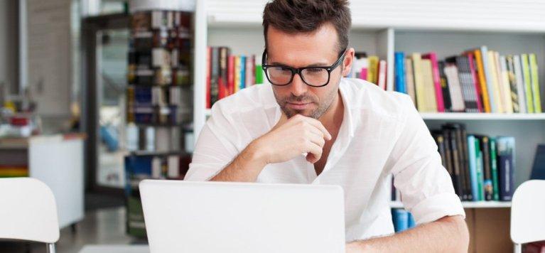 Ser atraente pode te prejudicar no trabalho e não o contrário, entenda