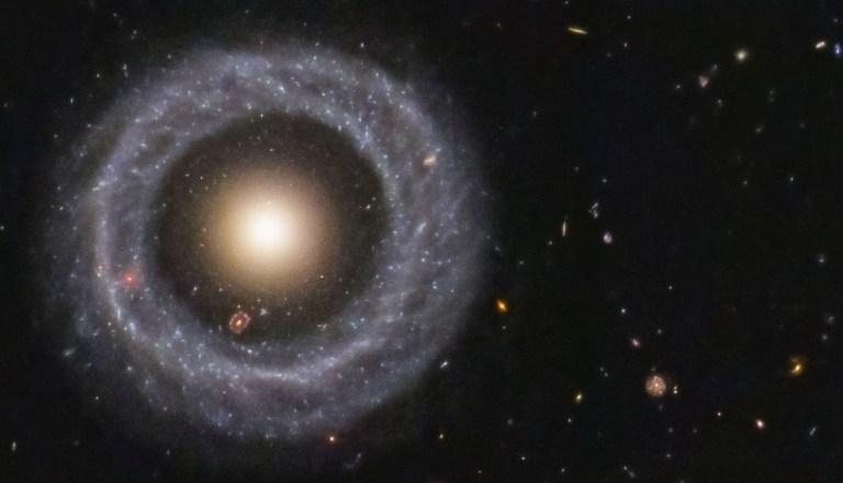 """Conheça o """"Objeto de Hoag"""", uma galáxia, dentro de uma galáxia, dentro de outra galáxia"""