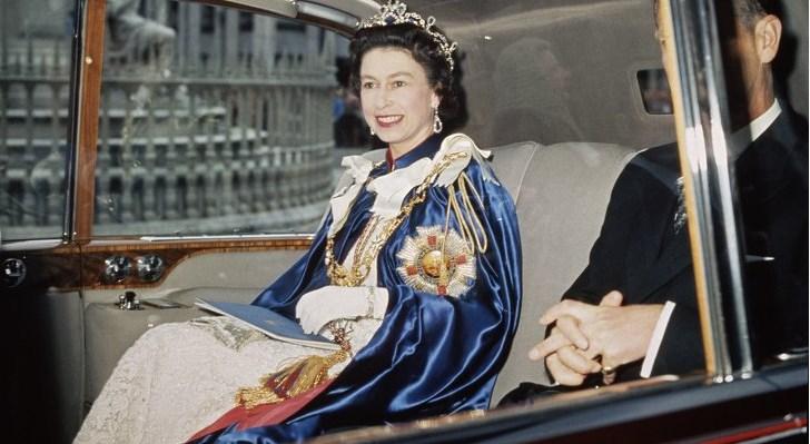Veja como era o guarda-roupas da Rainha Elizabeth II, antes de adotar seu estilo peculiar