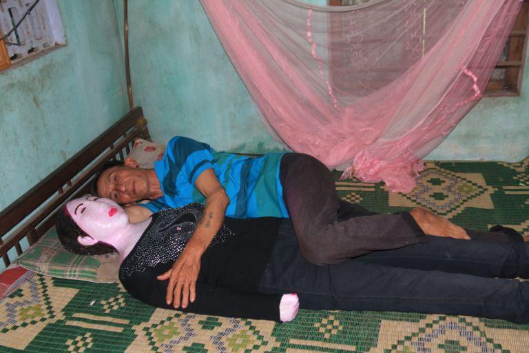Esse homem dorme com a sua esposa morta há 16 anos