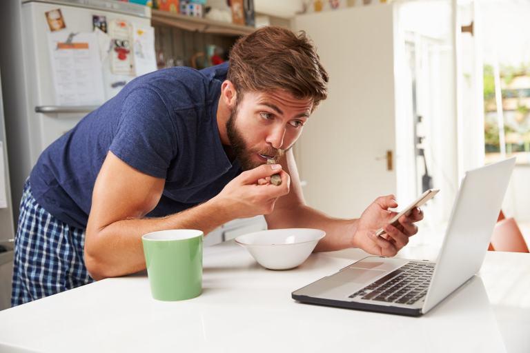 Estudo sugere que comenos menos quando usamos o celular ou outras telas durante as refeições