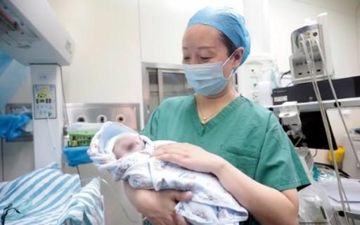 Mãe dá à luz à gêmeos com 10 anos de diferença. Entenda como isso aconteceu