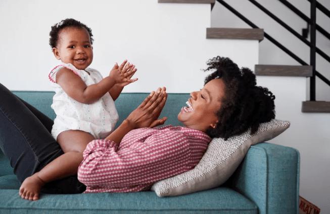 Entenda o que significa quando o bebê bate palmas