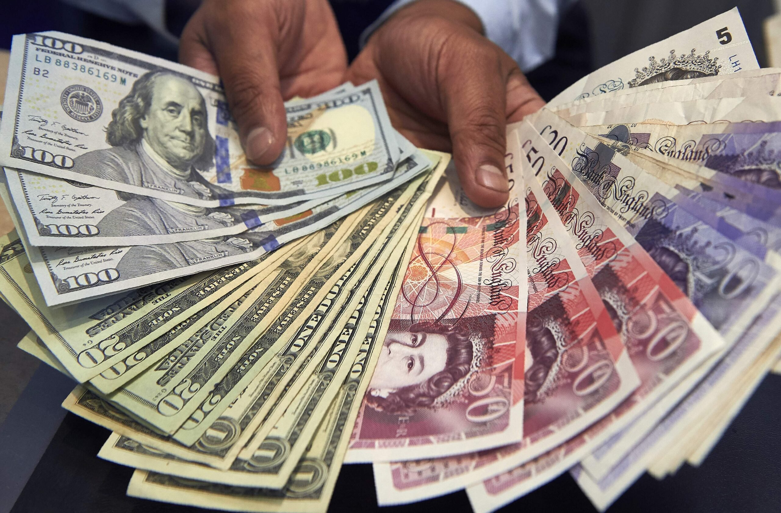 Por que o dólar aumenta enquanto outras moedas enfraquecem?